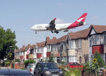 Boeing 747 approaching runway 27L at Heathrow, houses are in Myrtle Ave - July 2004